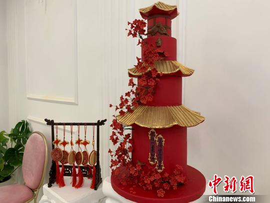 Chinese baker mixes fondant with traditional culture
