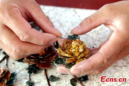 Folk artist turns discarded jade pieces into handicrafts