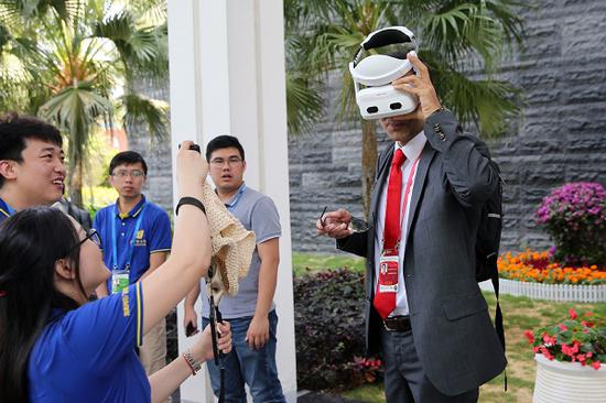 A Boao Forum for Asia participant tries 5G live broadcast on the sidelines of the event.[Photo by Wang Zhuangfei / China Daily]