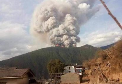 Firefighters jump off cliff while battling blaze in Sichuan