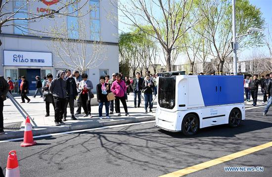 Unmanned express delivery vehicle put into service in Xiongan