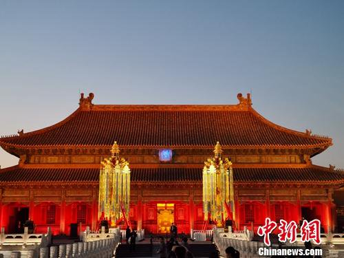 Copies of historic Palace Museum royal lanterns sold for 10.6 million yuan at charity auction