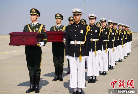 A transfer ceremony is held at the Incheon International Airport to hand over the remains of 10 Chinese volunteer soldiers killed in the war. (Photo: China News Service/Zeng Nai)