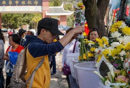 Spontaneous mourning ceremony held to pay tribute to those killed in fire