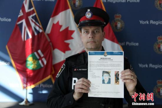 File photo: Andy Pattenden, spokesman of York Regional Police shows a press release on March 25. (Photo: China News Service/Yu Ruidong)
