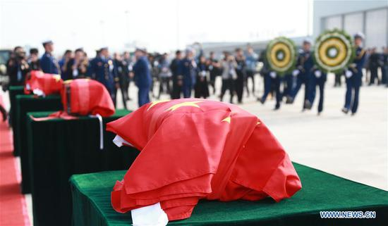 People mourn for martyrs who died while fighting forest fire in Sichuan