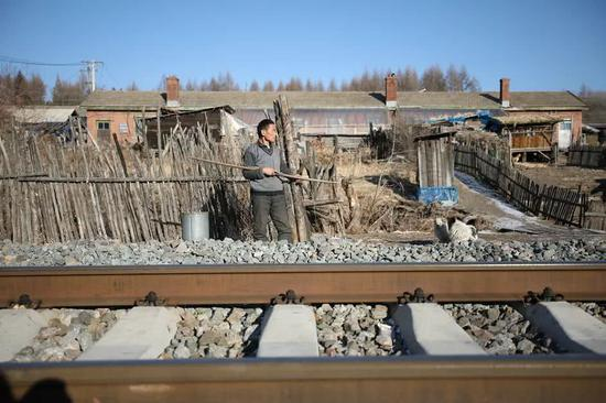 A local waits for the train. (Photo provided by Shenyang railway bureau)