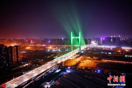 Light show illuminates new bridge in Zhengzhou