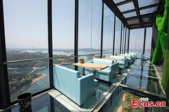 Transparent café 99 meters off ground in scenic area