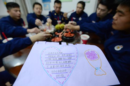 Firefighters in Handan, Hebei province, receive fruit and greetings from residents on Thursday. (HAO QUNYING/FOR CHINA DAILY)