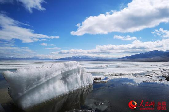 Lake thaws in NW China's Xinjiang