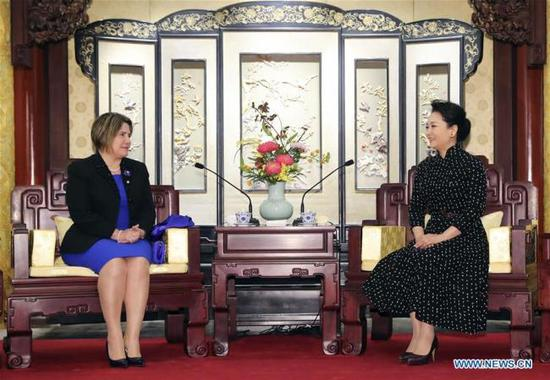 Peng Liyuan (R), wife of Chinese President Xi Jinping, meets with Lis Cuesta Peraza, wife of Cuban President Miguel Diaz-Canel, in Beijing, capital of China, April 9, 2019. [Photo: Xinhua]