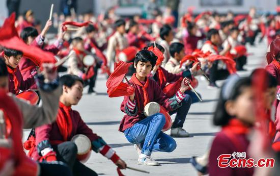 Students in Xinjiang learn traditional Chinese art