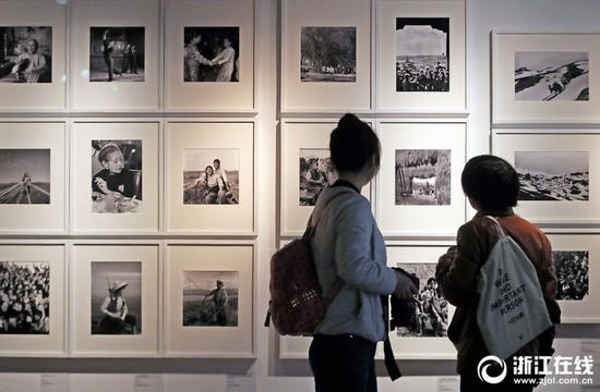 Photo exhibition commemorates 70th anniversary of China's founding