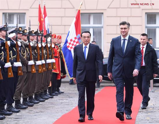 Chinese Premier Li Keqiang (L, front) attends a grand welcome ceremony held by Croatian Prime Minister Andrej Plenkovic (R, front) at the St. Mark's Square in Zagreb, Croatia, April 10, 2019. Li held talks with Plenkovic in the Croatian capital of Zagreb on Wednesday. (Xinhua/Shen Hong)