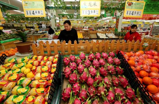 Shoppers select fruits at a supermarket in Zaozhuang, Shandong province, April 11, 2019. (Photo by Ji Zhe/Asianewsphoto)