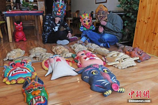 Handicraftsman makes 2,000 Nuo Opera masks