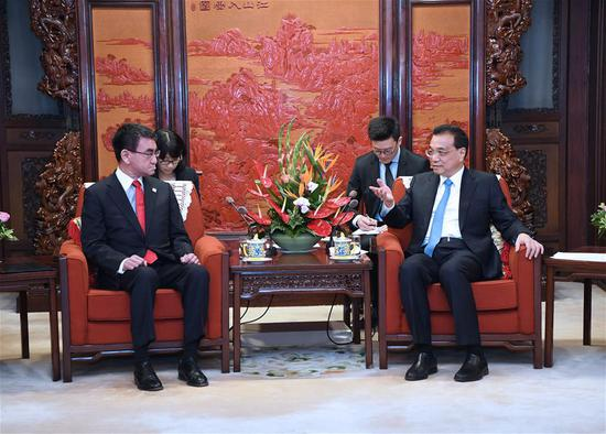 Chinese Premier Li Keqiang meets with Japanese Foreign Minister Taro Kono and some other cabinet ministers who are here to attend the fifth high-level economic dialogue between China and Japan in Beijing, capital of China, April 15, 2019. (Xinhua/Rao Aimin)
