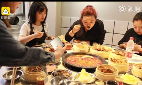 The seat-sharing hot pot restaurant. (Photo/Screenshot of Pear Video)