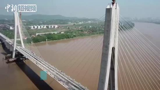 Tracks laid on Ganjiang River bridge