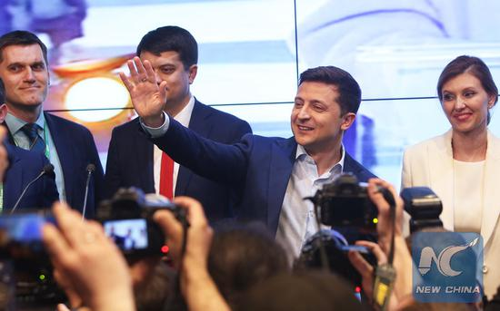 Ukraine's presidential candidate and actor Volodymyr Zelensky (2nd R) waves to supporters at his campaign headquarters in Kiev, Ukraine, April 21, 2019. (Xinhua/Sergey)