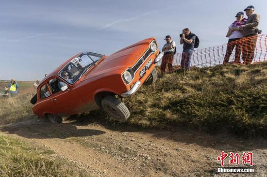 Classic cars compete in England's Land's End Trial(