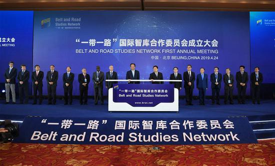 Cai Mingzhao (L, center), president of Xinhua News Agency, chairman of Xinhua Institute and chairperson of an initiators council of the Belt and Road Studies Network (BRSN), witnesses with other guests the launching of the BRSN's official website, www.brsn.net, in Beijing, capital of China, April 24, 2019.  (Xinhua/Jin Liangkuai)