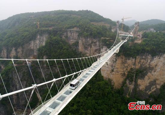 Driver-less bus on Zhangjiajie glass bridge