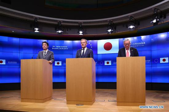 European Commission President Jean-Claude Juncker (R), European Council President Donald Tusk (C) and Japanese Prime Minister Shinzo Abe attend a press conference during the EU-Japan Summit in Brussels, Belgium, April 25, 2019. (Xinhua/Zhang Cheng)