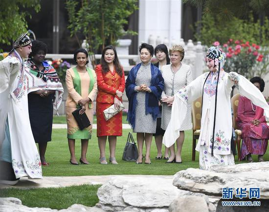 Peng Liyuan invites foreign leaders' spouses to watch Chinese opera in Beijing