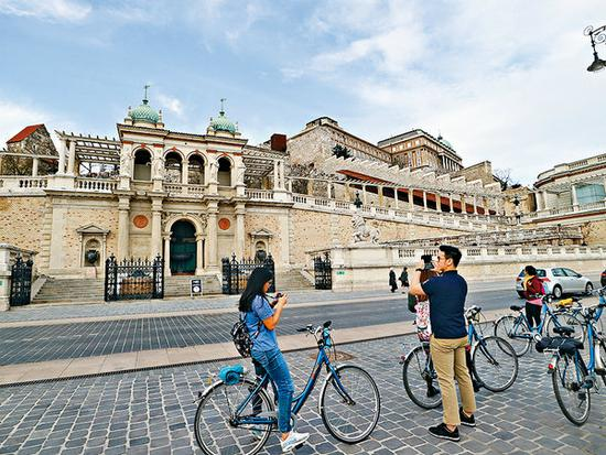 Visitors explore the city of Budapest, Hungary.(Photo provided to China Daily)