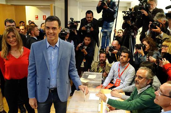 Spanish Prime Minister Pedro Sanchez (2nd L, front) casts his ballot at a polling station in Madrid, Spain, April 28, 2019. Spain's polling stations opened on Sunday at 09:00 local time (0700 GTM) for the country's third general election in four years. Close to 37 million voters are called to cast their votes in over 23,000 polling stations located in thousands of municipalities across Spain. (Xinhua/Guo Qiuda)