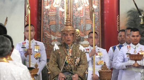 Thailand crowns king in ornate ceremonies