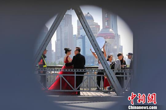 Consumption increases in Shanghai, Beijing during May Day holiday