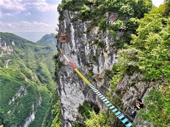 Climbing a 1,000-meter-high cliff in Chongqing