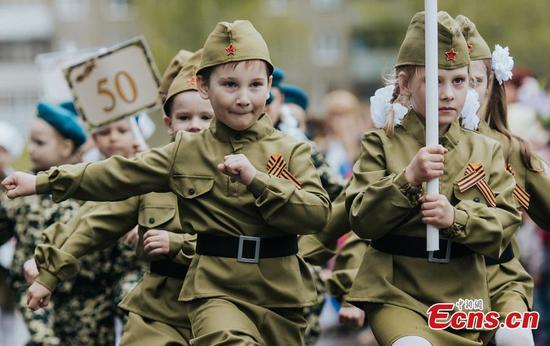 俄罗斯儿童穿着军装游行
