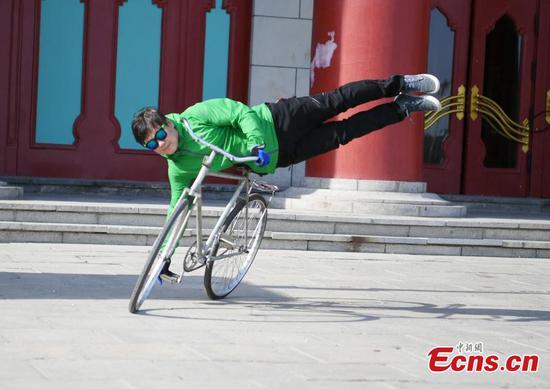 男子在长春展示自行车特技