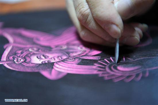 Shen Hongjie dedicates to promoting Dunhuang culture through woodcut