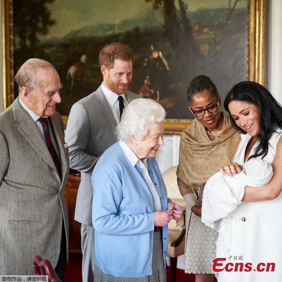 伊丽莎白女王与新的皇家宝贝阿奇见面