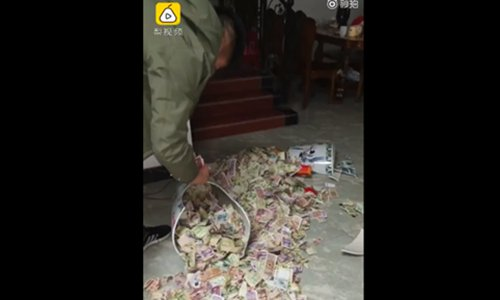 The thousands of small notes scatter on the floor.  (Screenshot photo/Pear Video)
