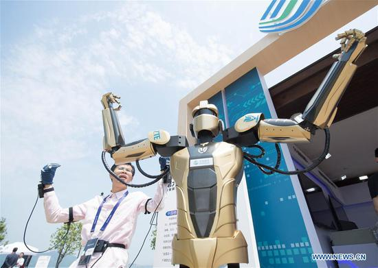 An exhibitor shows a synchronous simulation robot during the 6th China Robotop and Intelligent Economic Talents Summit in Yuyao City, east China's Zhejiang Province, May 9, 2019. (Xinhua/Weng Xinyang)