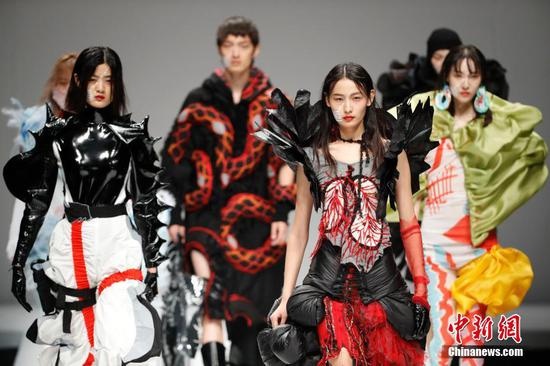 Thousands of students participate in fashion week in Beijing