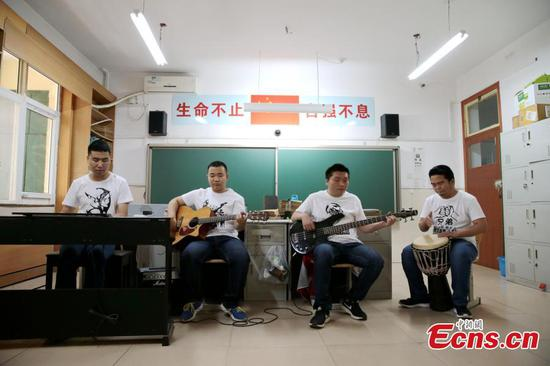 Four blind students rock in Xi'an school