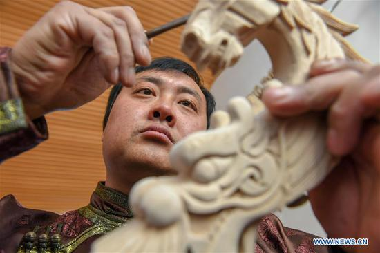 Pic story of horse head fiddle maker in northeast Jilin