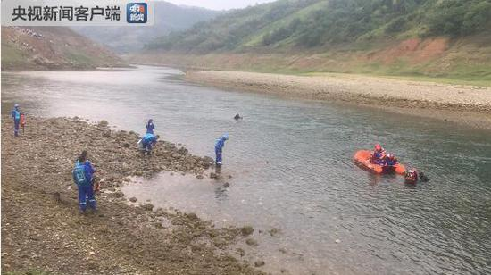 Rescuers try to turn over the boat. (Photo/CCTV)