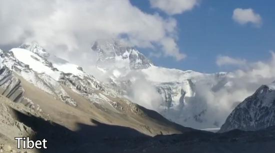 33 Chinese climbers reach Mount Qomolangma summit