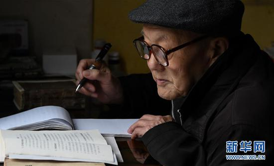 95-year-old war hero Zhang Fuqing reads and studies at home in Laifeng county, Hubei Province. (Photo/Xinhua)