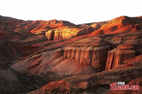 Spectacular Danxia landforms draws tourists to Zhangye