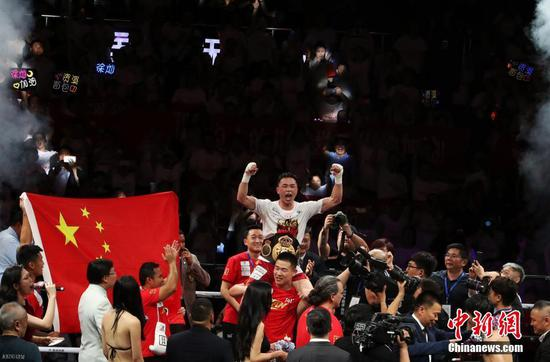 China's WBA world featherweight champion Xu Can celebrates after defending his title against Japan's Shun Kubo (13W-2L-0D) in Fuzhou, east China's Jiangxi Province, May 26, 2019. (Photo/China News Service)
