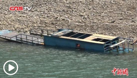 一艘船在下午6:30倾覆。 5月23日,在贵州省北盘河上。(CNSTV的照片/视频截图)